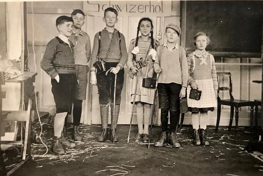 Karlheinz als Fotograf im Schultheater in Lindau, ZH, ca. 1932